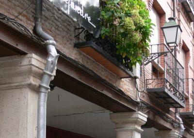 Bajantes en las columnas de la calle Mayor de Alcalá de Henares