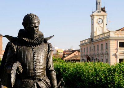 Detalle de la estatua de Miguel de Cervantes en Alcalá de Henares